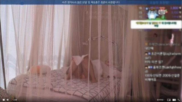 """Nữ streamer xinh đẹp suýt """"bay màu"""" kênh vì livestream cảnh ngủ trên sóng với những tư thế nhạy cảm"""