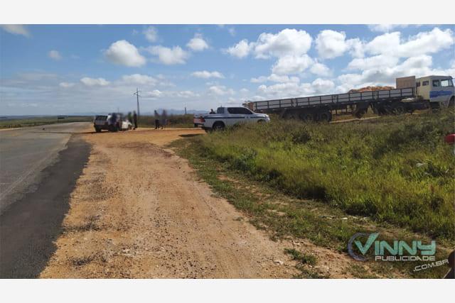 Acidente entre carro e carreta deixa três feridos na BA-142, em Ibicoara