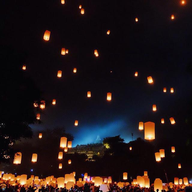 foto pelepasan lampion di candi borobudur