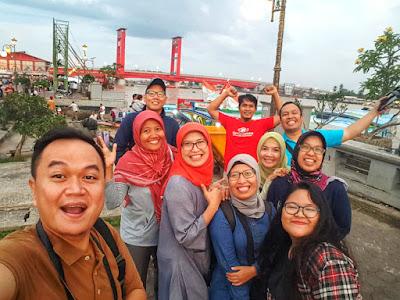 Swafoto di sekitar Jembatan Ampera