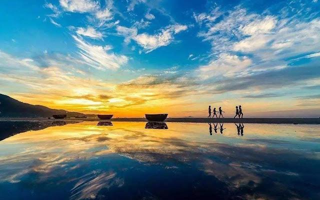 Du lịch đến Lăng Cô không chỉ đắm mình trong không gian du lịch nghỉ dưỡng đẳng cấp như Laguna Lăng Cô, du khách còn được thưởng ngoạn một thiên nhiên trù phú, vừa khám phá những nét văn hóa nhiều màu sắc của mảnh đất này.
