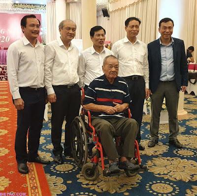 Ảnh chụp các lãnh đạo và cựu danh thủ Trần Văn Nhung