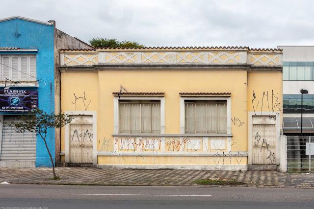 Casa na Rua Alferes Poli com uma grega na platibanda.