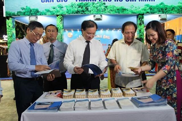 Thứ trưởng Bộ VHTTDL Tạ Quang Đông và các đại biểu tham quan gian hàng trưng bày tư liệu