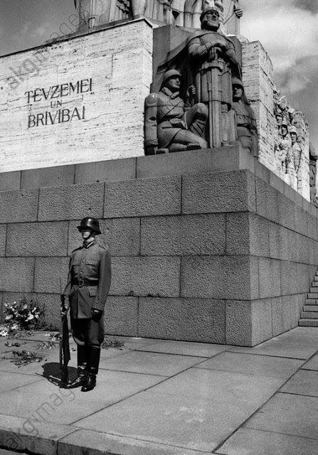 1994 год. Рига. На посту возле монумента Свободы