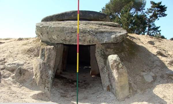 La orientación de las tumbas de pasadizo sugiere que su alineamiento estaba destinado a ofrecer un punto de observación de Aldebarán, la estrella más brillante de la constelación de Tauro.