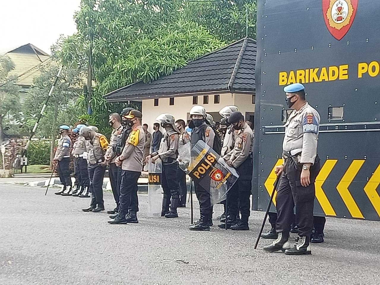 Kapolda Jambi Pimpin Pengamanan Aksi Buruh dan Mahasiswa di Gedung DPRD Provinsi Jambi