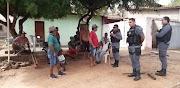 Polícia Militar é acionada após moradores cavarem buraco no meio da rua em Pedreiras
