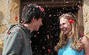 Asa Butterfield (Gardner) et Britt Robertson (Tulsa) s'aiment malgré l'espace qui les sépare (hum) dans Un Monde entre nous, de Peter Chelsom (2017)