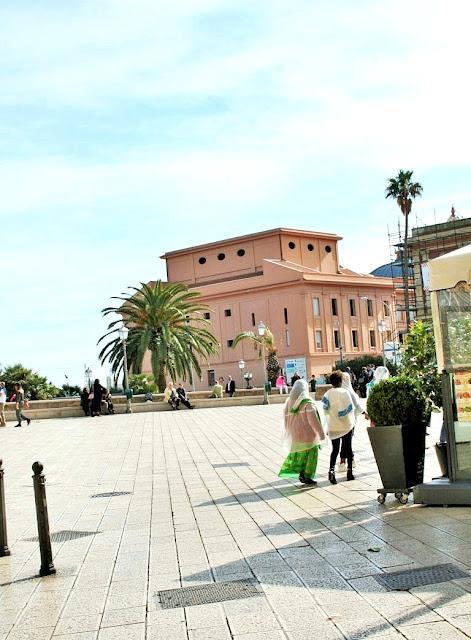 piazza, borgo antico, palme, multietnia
