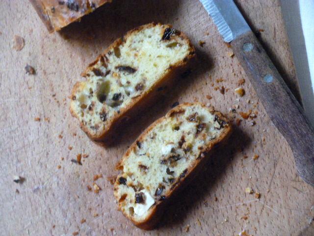 pane con feta e pomodori secchi