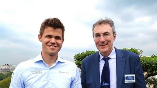 Magnus Carlsen et Philippe Dornbusch au Grand Chess Tour 2016 au siège à Paris du principal sponsor, le Groupe Vivendi - Photo  © Echecs & Stratégie