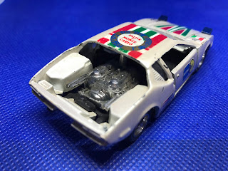 デ・トマソ パンテーラ のおんぼろミニカーを斜め後ろから撮影