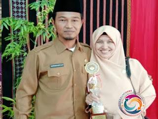 Istri dari Kadispora Gayo Lues Aisyah Supriadi, S.AP mendapat piala juara ke-1 lomba pidato pada peringati Hari Ulang Tahun (HUT) Dharma Wanita Gayo ke-19.