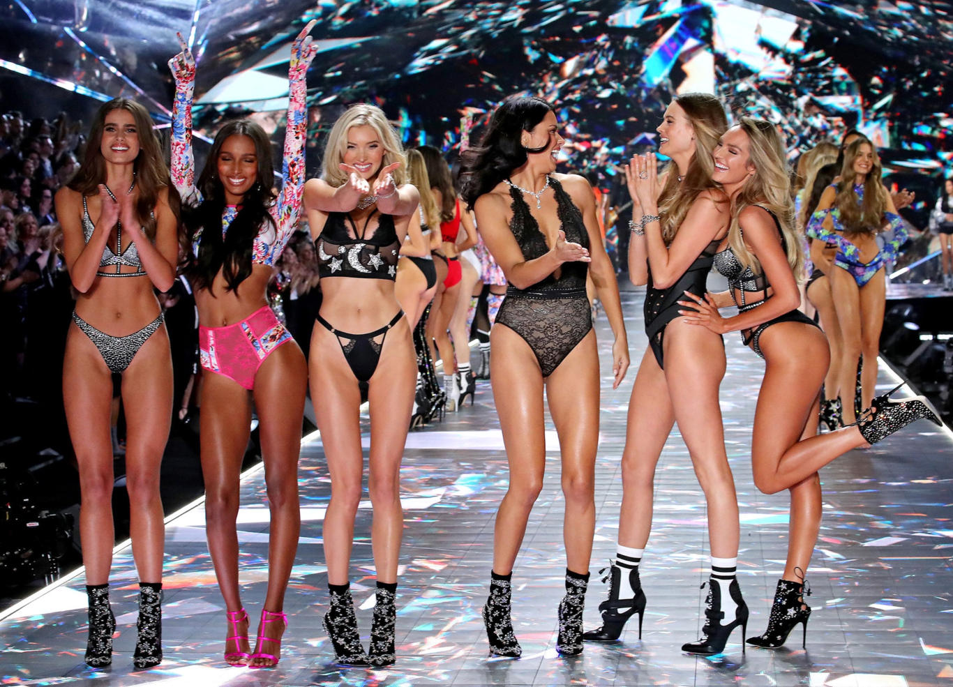 Victoria's Secret Hot Babes HD Wallpaper
