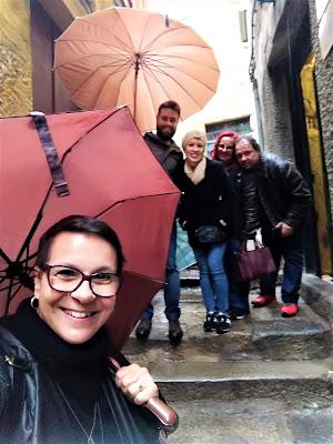 guia com turistas na chuva