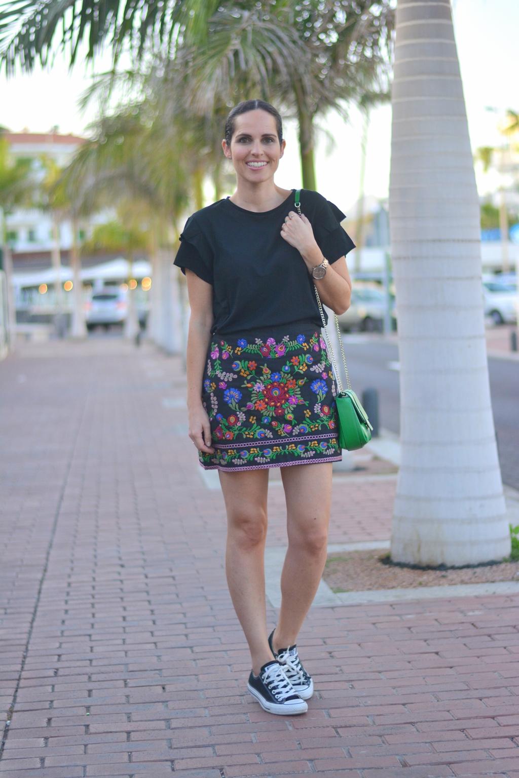 outfit-falda-bordada-tendencia