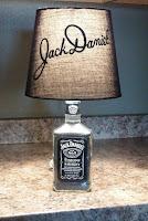 lampara original con una botella de vidrio de jack daniels reciclada
