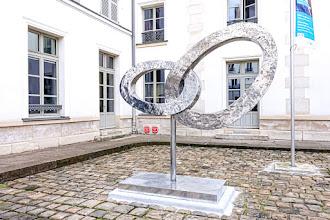 Paris : Alliance 2020, une oeuvre de Victoire d'Harcourt, un hommage aux donneurs d'organes et de tissus dans la cour d'accueil de l'Hôpital Necker Enfants Malades - XVème