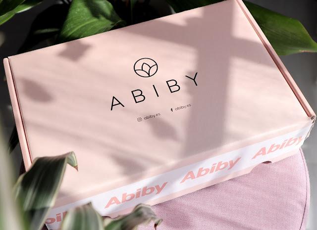 Abiby box, la caja de suscripción mensual con productos de alta gama. Esta caja es rosa con letras negras con su logo.