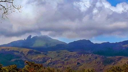 Pico do Itacolomi visto a partir da Igreja de São Francisco de Paula.
