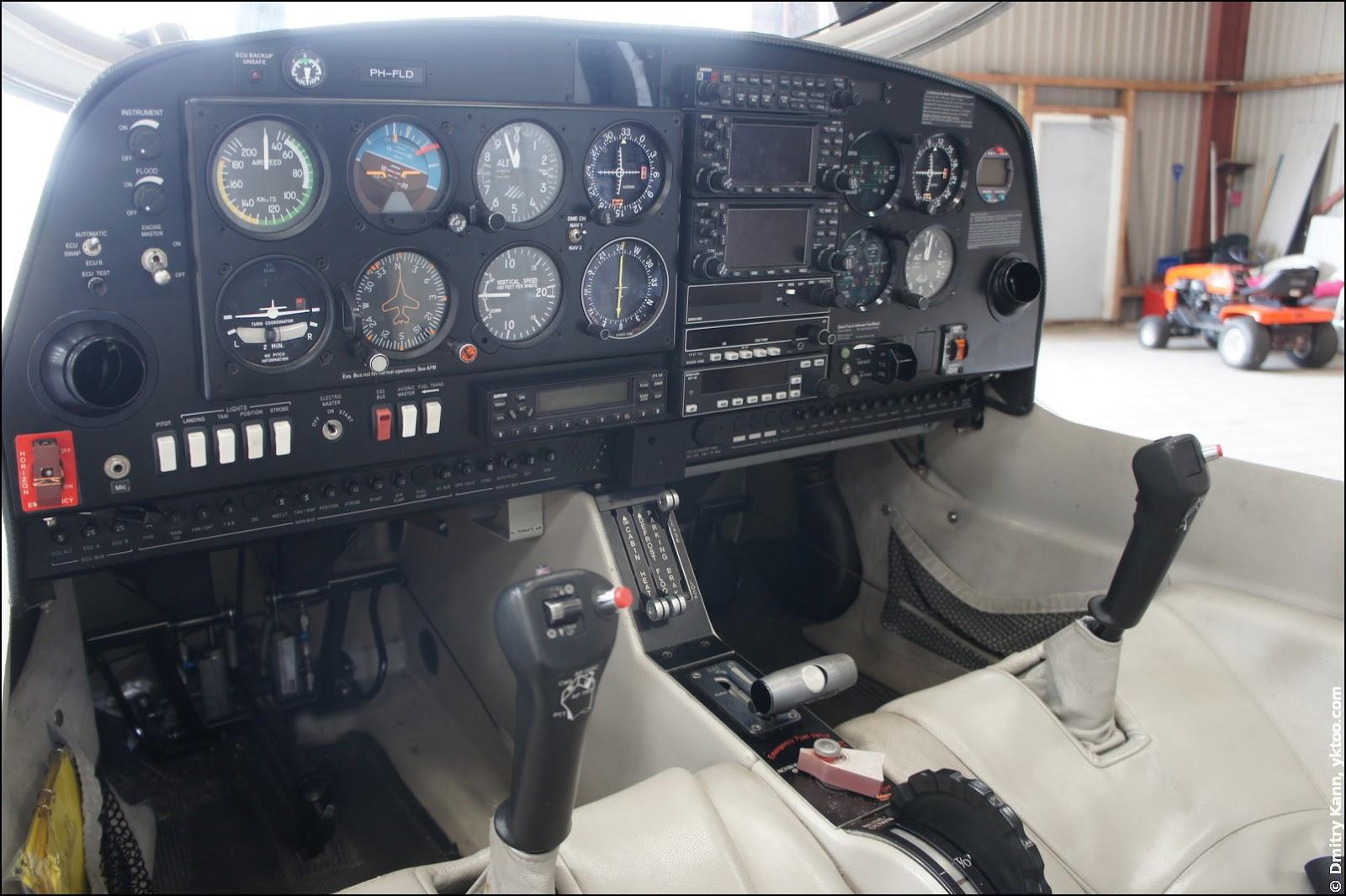 Conventional DA40 dashboard.