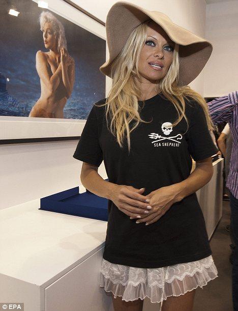 0ce4f8ecc9d Pamela Anderson is a big fan of the floppy hat.