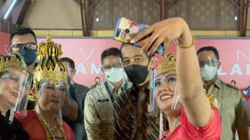 Momen Jokowi Selfie Bareng Anies-Sandi saat Tinjau Vaksinasi