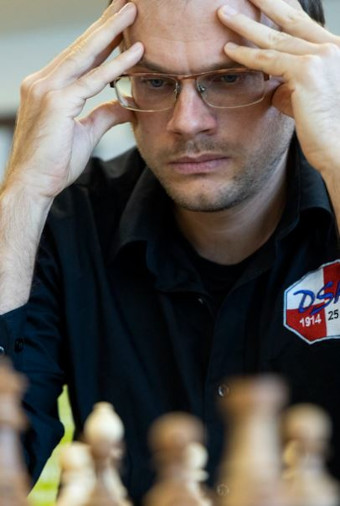 A une ronde de la fin, le grand maître international d'échecs russe Anton Demchenko (2610 Elo Fide) est en tête du championnat d'Europe individuel 2021 avec 8 pts/10 - Photo © Le site officiel