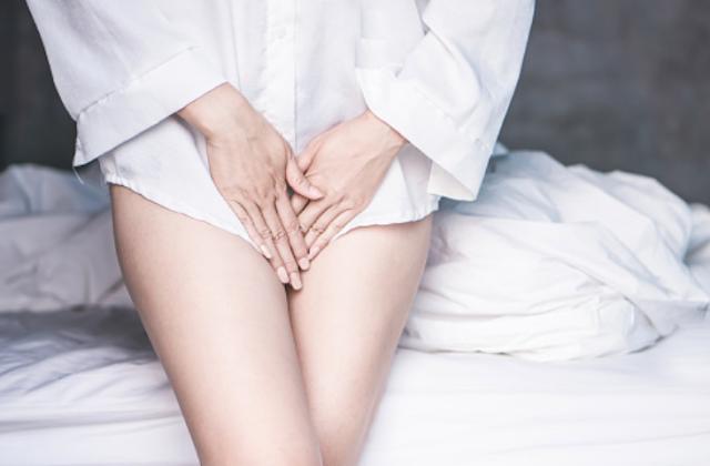 Penyakit Fibroid Uterus Pada Tubuh Manusia Pengertian Fibroid Uterus Fibroid adalah tumor jinak yang terjadi di bagian atas atau di dalam otot rahim. Satu sel membelah berkali-kali dan terus berkembang menjadi sebuah massa solid yang terpisah dari bagian rahim. Tumor ini dapat berkembang menjadi sebuah atau beberap blok dengan ukuran yang berbeda-beda. Tumor kecil tidak akan menimbulkan gejala, tetapi tumor yang lebih besar dapat menyebabkan perdarahan dan mengakibatkan lebih banyak darah yang keluar saat menstruasi. Tumor yang besar akan menekan kandung kemih dan menyebabkan tonjolan pada perut layaknya orang yang sedang hamil.  Tanda dan Gejala Fibroid Uterus Sekitar 30-50 % kasus fibroid tidak menunjukkan gejala apapun. Jika tidak biasanya gejala berkaitan dengan ukuran lokasi fibroid. Fibroid dapat tumbuh cukup besar dan membuat si penderita terlihat seperti sedang hamil serta mengalami gejala mirip kehamilan seperti : Tegang pada bagian panggul yang parah Sering buang air kecil Dapat mengakibatkan sembelit, nyeri punggung, nyeri selama hubungan seksual, dan nyeri panggul Fibroid di dinding rahim atau di dalam rahim dapat menyebabkan perdarahan atau menorrhagia dan dismenorea. Dalam kasus yang jarang terjadi, fibroid dapat menyebabkan rasa sakit atau perdarahan tiba-tiba. Dalam kasus fibroid yang berkembang selama kehamilan, tumor dapat menyebabkan sejumlah komplikasi selama kehamilan. Tumor akan membuat plasenta janin kekurangan oksigen.  Tumor akan menggeser posisi janin, menyebabkan ibu sulit melahirkan secara normal melainkan melalui operasi caesar. Pada kebanyakan kasus, janin masih bisa berkembang secara normal meskipun terdapat tumor di dalam rahim, namun tumor akan tumbuh lebih cepat selama masa kehamilan.  Penyebab Fibroid Uterus Dokter belum menemukan penyebab pasti penyakit ini. Akan tetapi beberapa faktor dapat bergabung dan menyebabkan penyakit, yang diantaranya : Perubahan genetik Fibroid multipel dapat menyebabkan perubahan pada sel otot rahim yan