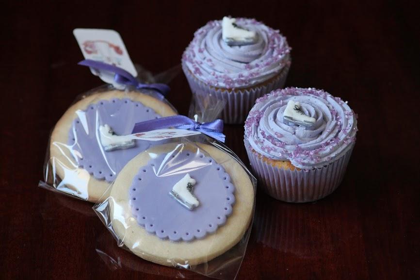 Galletas de fondant y cupcakes lila violeta