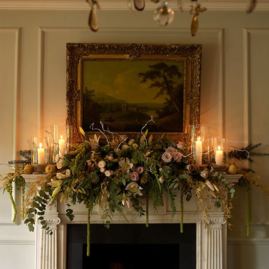 36 ways to decorate the christmas fireplace mantel hello for Christmas mantel decorations garland