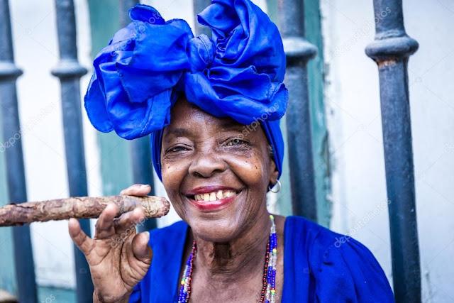 Fotos de cubanas fumando un puro