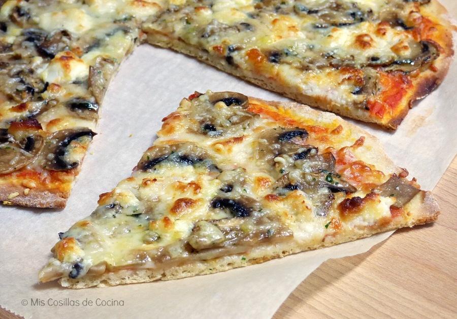pizza casera de champiñones y quesos