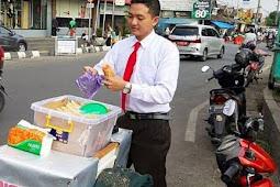 RENO Seorang Penjual Mi Lidi Berdandan Ala Karyawan Kantoran Saat Berjualan, Begini Awal Cerita