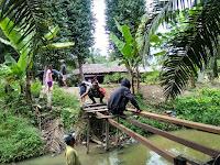 Kedekatan Babinsa 02/Air Putih dan Warga Gotong Royong Perbaiki Jembatan Desa