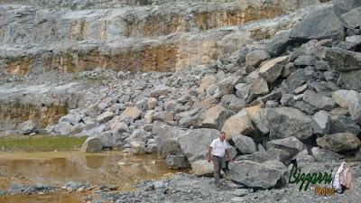 Bizzarri, da Bizzarri Pedras, fazendo o que mais gosta, garimpando pedras ornamentais para as construções com pedras para paisagismo, lagos, muro de pedra e pedras para jardim. Gosto de garimpar essas pedras e já imaginar elas sendo colocadas em cada trabalho de pedra que vou executando.