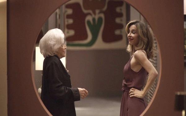 Feliz da vida, Lyris confessa para Gladys o que rolou na cozinha: 'Terceirizei' (Imagem: Reprodução/TV Globo)