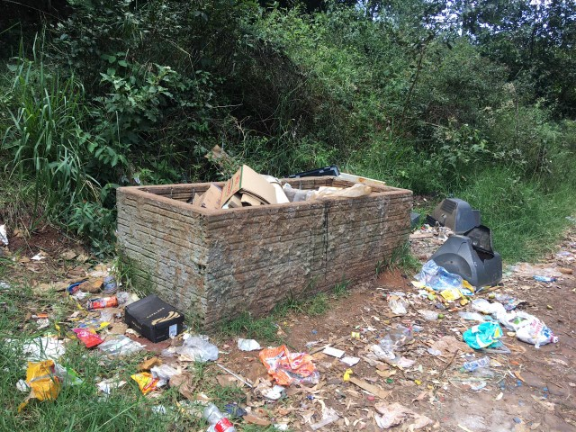 VÍDEO: Confira a 'belíssima' situação do lixo na entrada do Alagado em Rio Bonito do Iguaçu