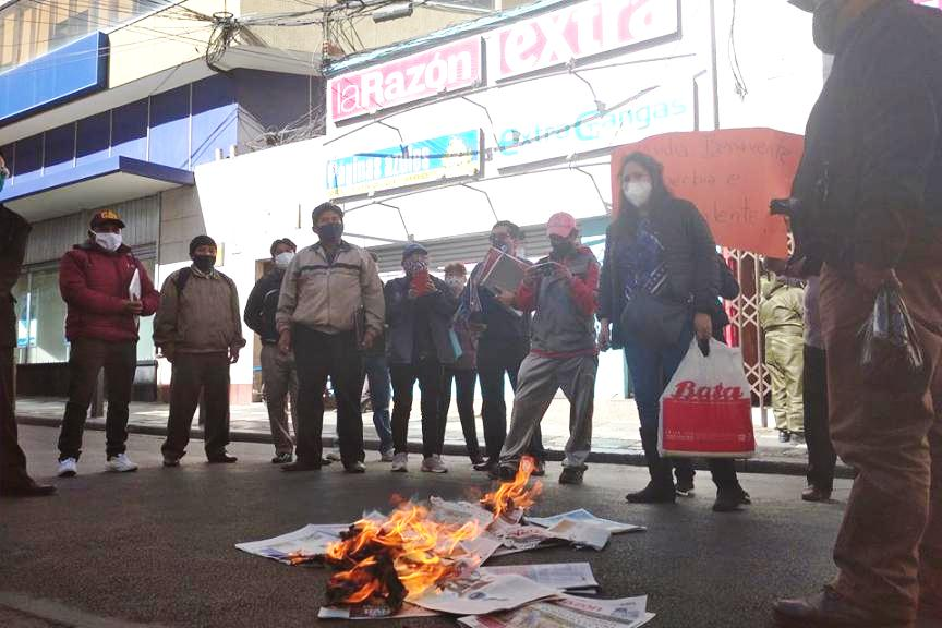 Protesta de los trabajadores despedidos de La Razón en puertas de las oficinas comerciales de ese periódico en el centro de la ciudad / RRSS LA RAZÓN