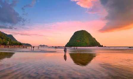 Pulau Merah tempat ngabuburit favorit di Banyuwangi