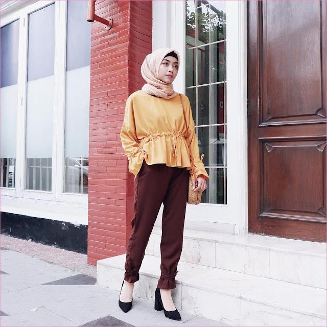 Outfit Baju Top  Blouse Untuk Hijabers Ala Selebgram 2018 blouse ikat kuning tua celana jogger coklat tua wedges high heels hitam segiempat hijab square ruby oren muda ciput rajut slingbags rotan ootd trendy gaya casual