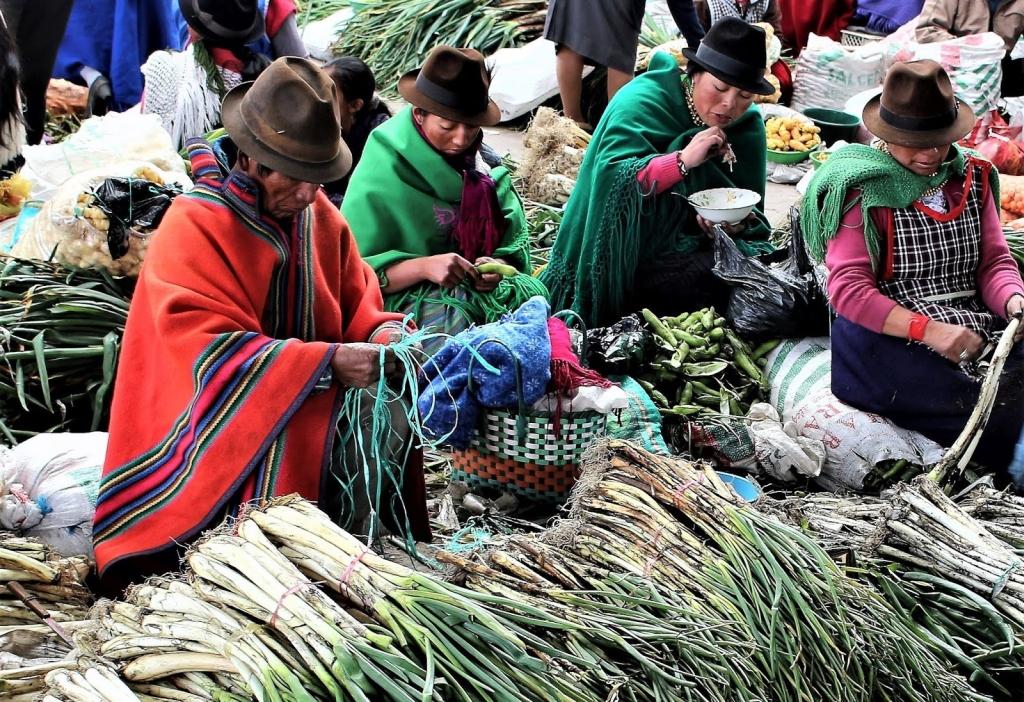 Ekwador. Indianie i targ  w Saquisili.