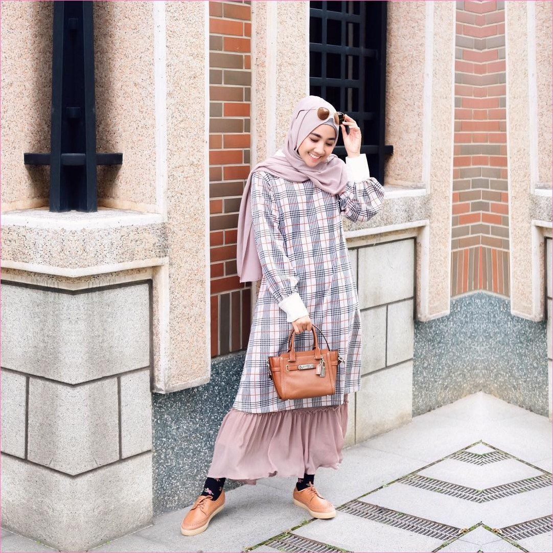 Outfit Kerudung Pashmina Ala Selebgram 2018 hijab pashmina diamond krem muda baju tunic kotak-kotak ungu muda handbags coklat tua kaos kaki hitam kets sneakers coklat kacamata bulat emas ootd trendy kekinian tembok keramik ciput