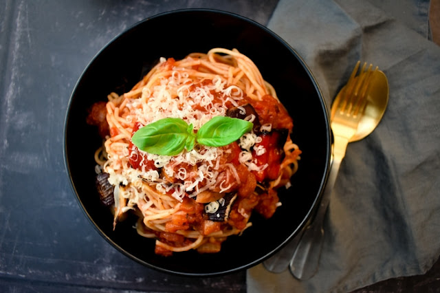 Tomato and Roasted Red Pepper Pasta Sauce coating spaghetti in a black bowl.