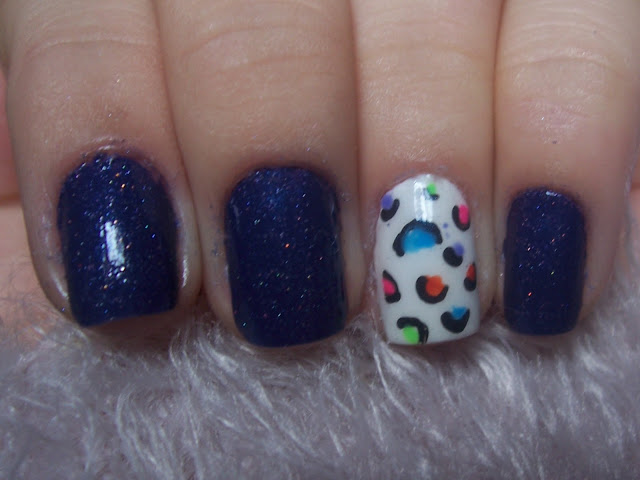 unhas com glitter e oncinha colorida