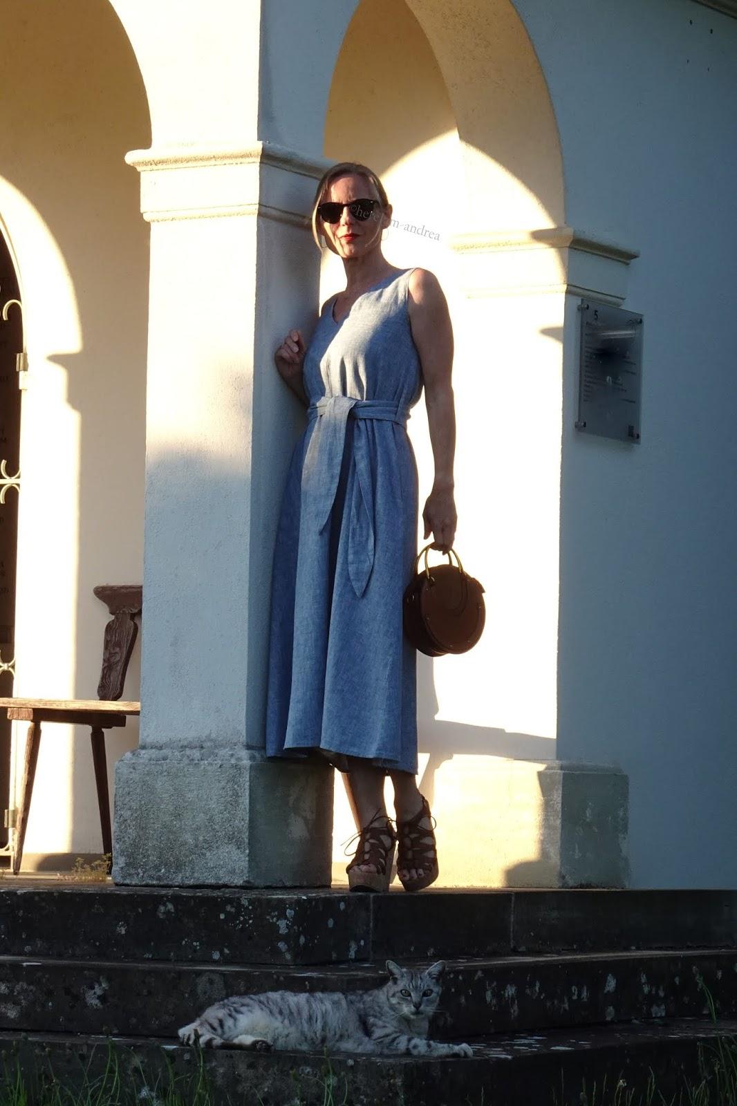 Kleid in Midi -Länge für kleine Frauen zu Wedges