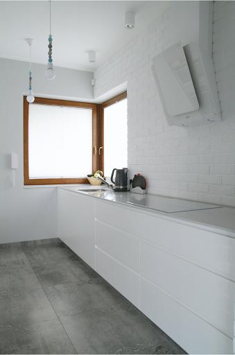 Biała Kuchnia Z Cegłą Na ścianie I Jadalnia W Salonie Z Drewnianymi