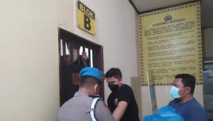 Panit 2 Reskrim Polsek Medan Helvetia Beri Santapan Saur Ke Para Tahanan