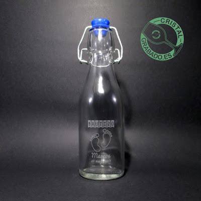 Botella de cristal personalizada mediante grabado láser con diseño de bautizo